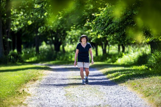 Patsy Harkess sourit alors qu'elle marche le long d'un sentier de gravier EP Tom Sawyer State Park lors d'une récente randonnée.  Les projets de Harkess de parcourir le Camino de Santiago en Espagne ont été suspendus en raison de la pandémie de Covid-19, elle se promène donc tous les jours dans les parcs locaux pour collecter des fonds pour la recherche sur la SLA.