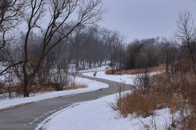 Le sentier Sioux River Red Rock serpente à travers Dells un jour de neige en janvier.