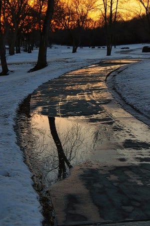Le sentier Sioux River Red Rock serpente à travers Dells un jour de neige en février.