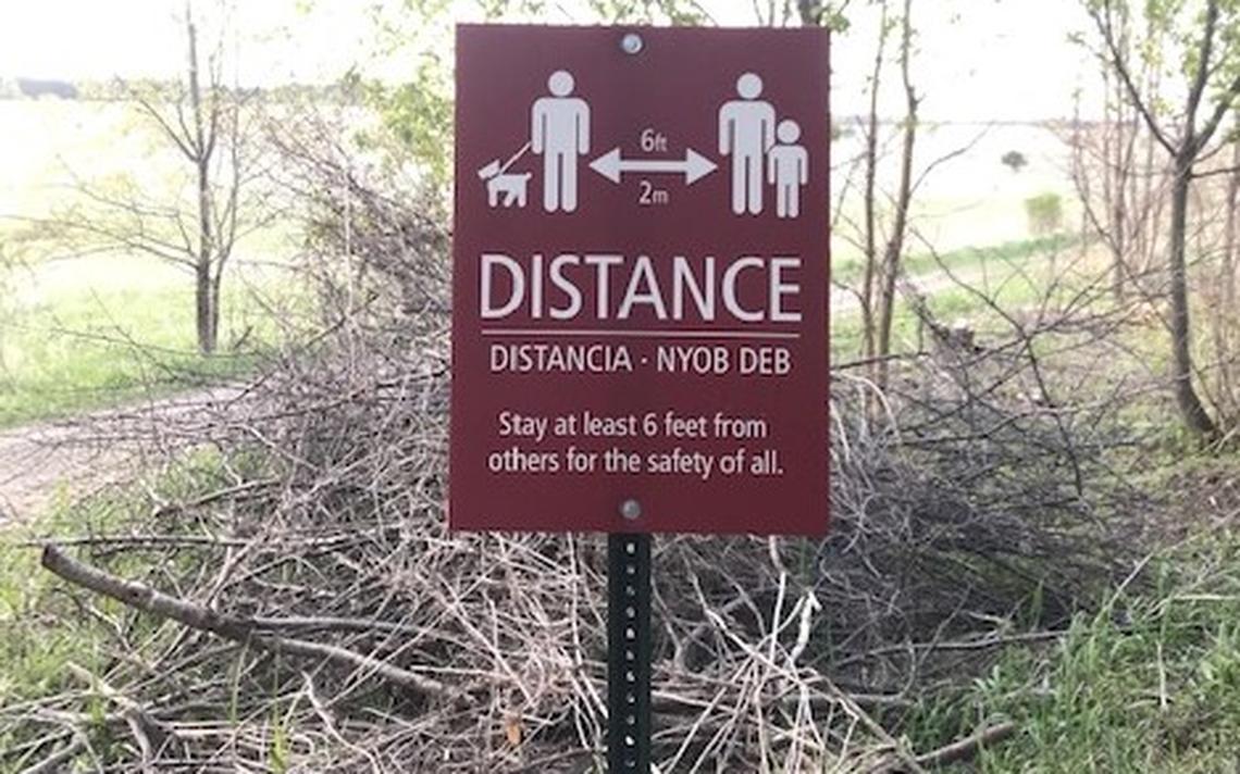Le MRN a érigé des panneaux dans de nombreux parcs d'État du Minnesota au printemps dernier pour encourager les gens à suivre les recommandations de distanciation sociale afin d'atténuer la propagation potentielle du coronavirus.  (Photo / Minnesota DNR)