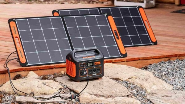 Un Explorer 1000 avec deux panneaux solaires SolarSaga 100.
