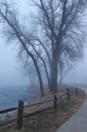 Le sentier Sioux River Red Rock serpente à travers Dells par un matin brumeux en décembre dernier.