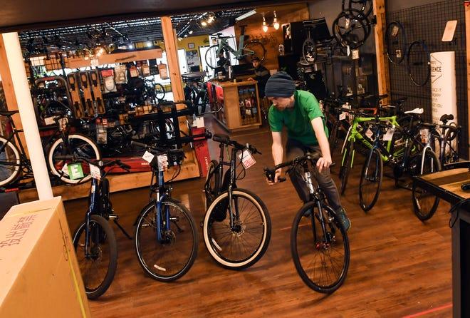 Andy Shaw teste un vélo en faisant le tour de l'atelier le mardi 5 mai à Spoke-N-Sport à Sioux Falls.  Le magasin a connu une augmentation significative des commandes alors que les gens trouvent des moyens de profiter du plein air tout en prenant une distance sociale.