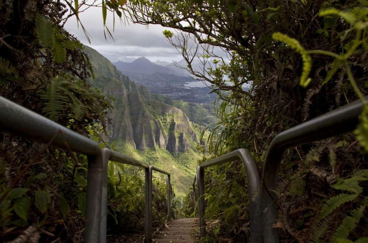Les escaliers Haiku d'Oahu ont été construits pour la première fois pendant la Seconde Guerre mondiale pour permettre l'accès à une station de radio top-secrète.  L'accès public est fermé depuis 1987.