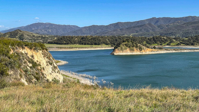 Une vue panoramique du côté nord du lac Cachuma dans la zone des sentiers récréatifs de Live Oak dans la vallée de Santa Ynez.