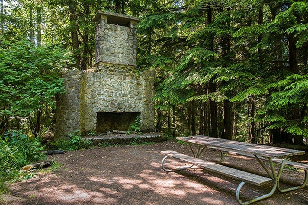 L'un des monuments les moins connus du parc d'État de Squak Mountain est la cheminée Bullitt.  C'est tout ce qui reste de la ferme de la famille Bullitt qui se trouvait autrefois sur ce site.  (Parcs d'État de Washington)
