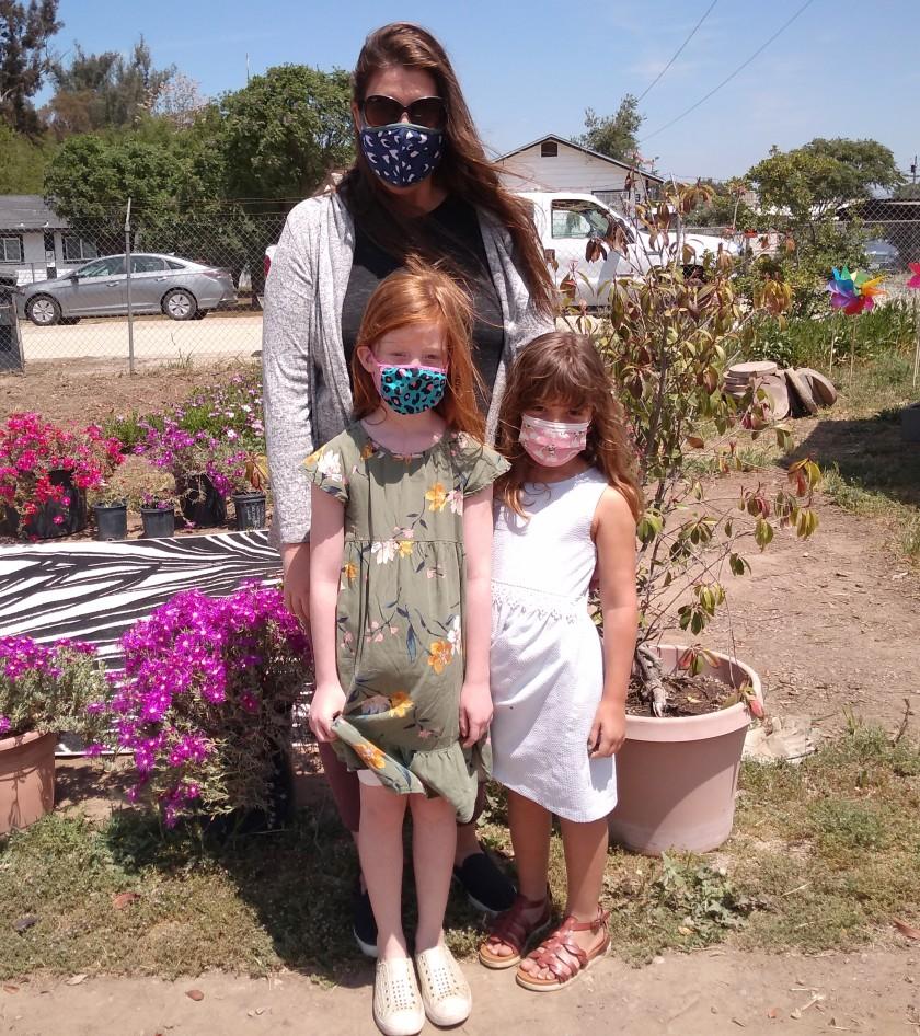 Carly Young prévoit une sortie éclaireuse avec sa fille, Addison Young, à l'avant gauche, et Hayden Phillips au jardin.