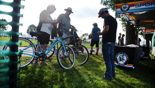 Mark et Karen Sandager vérifient leurs vélos au Jazz Fest le samedi 21 juillet au Yankton Trail Park à Sioux Falls.  Spoke-n-Sport fournit un contrôle de vélo au Jazz Fest depuis environ 12 ans.