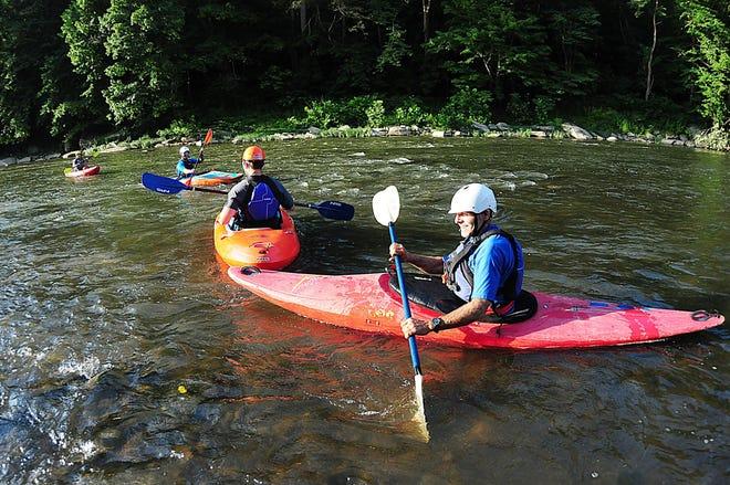 Dans cette photo d'archive de 2018, Dean Fletcher, propriétaire de Connoquenessing Outdoors, dirige un groupe sur la rivière dans le cadre d'un cours de kayak de rivière de l'American Canoe Association de quatre semaines.