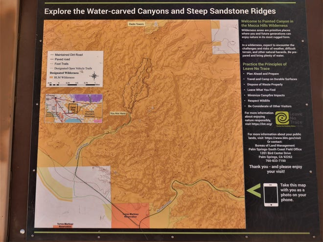 Informations sur Painted Canyon au début du sentier dans le bas désert du sud de la Californie.