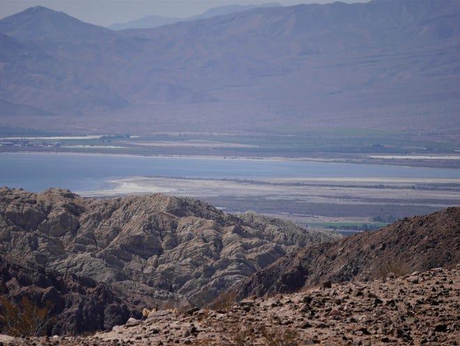 La vue sur la mer de Salton depuis le haut de l'échelle de Canyon et Painted Canyon Trail près de La Mecque, en Californie.