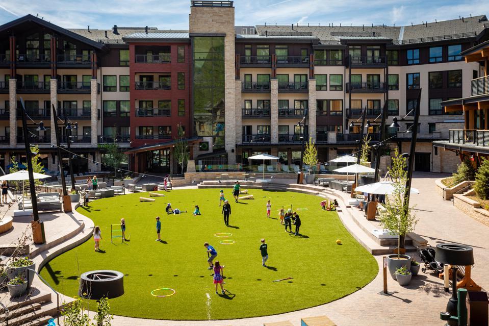 Jeux de jardin à l'extérieur de l'hôtel Limelight à Snowmass.