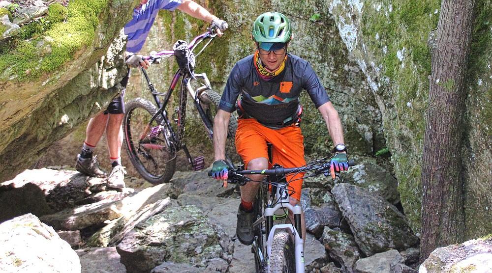 Traversant des passages de pierre par endroits, les Monument Trails du Devil's Den State Park présentent une variété de défis.  (Spécial à la Democrat-Gazette / Bob Robinson)