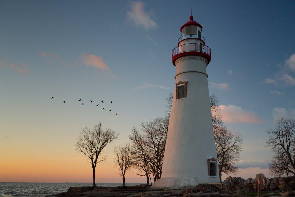 Le phare de Marblehead dans l'Ohio avec des cormorans en arrière-plan.