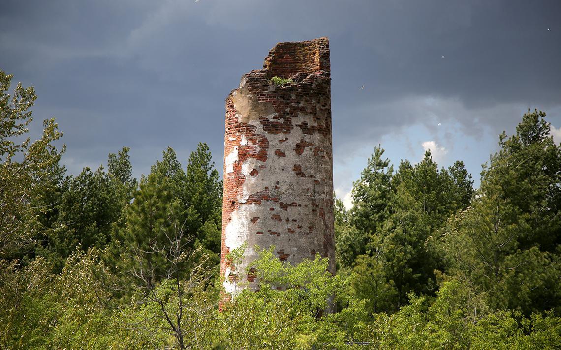 Le soleil illumine les ruines du phare de Minnesota Point alors que des nuages d'orage remplissent le ciel le 25 mai 2021. Le phare, achevé en 1858, se trouve près du point de retournement du Duluth's Park Point Trail.  (Samantha Erkkila/serkkila@duluthnews.com)