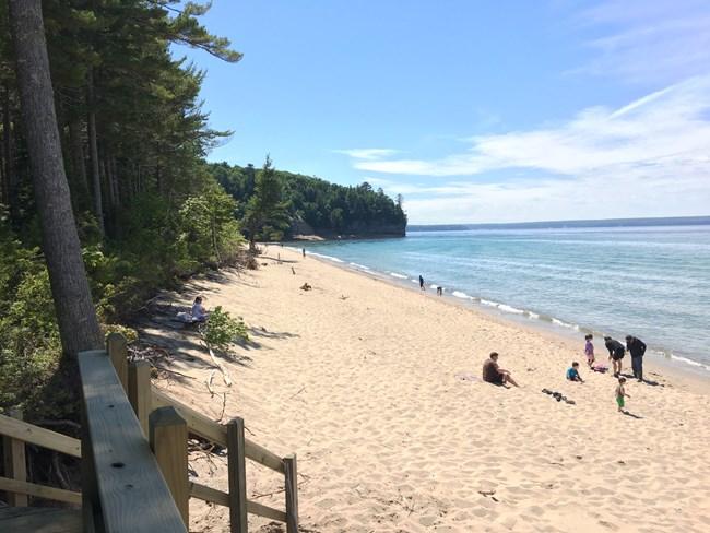 Quelques personnes profitant d'une journée ensoleillée à Miners Beach